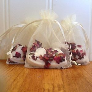 Wrap a bath bomb for wedding favours